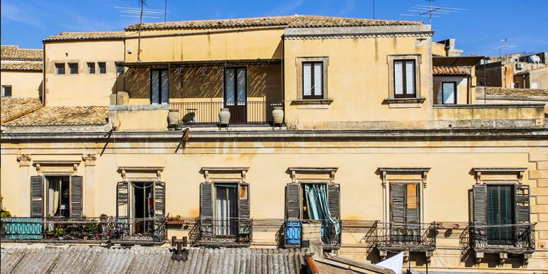 Noto_palazzo_piano_alto_via_ascenzo_mauceri_