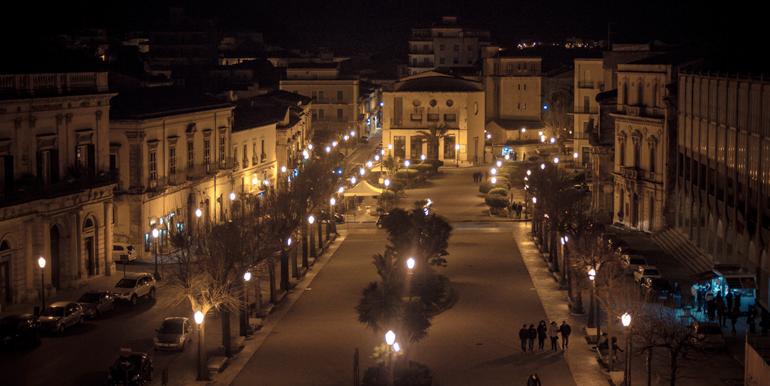 Scicli_città_montalbano_barocco_ragusa_sicilia_vacanze_italo_film_sud_est_immobiliare_int