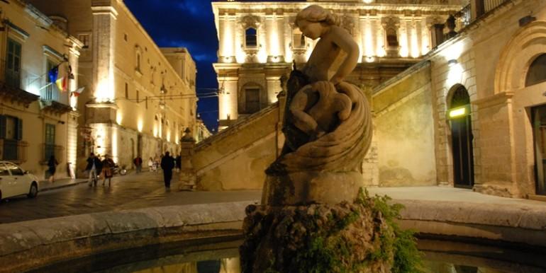 Casa-in-centro-storico-a-Noto-notturna