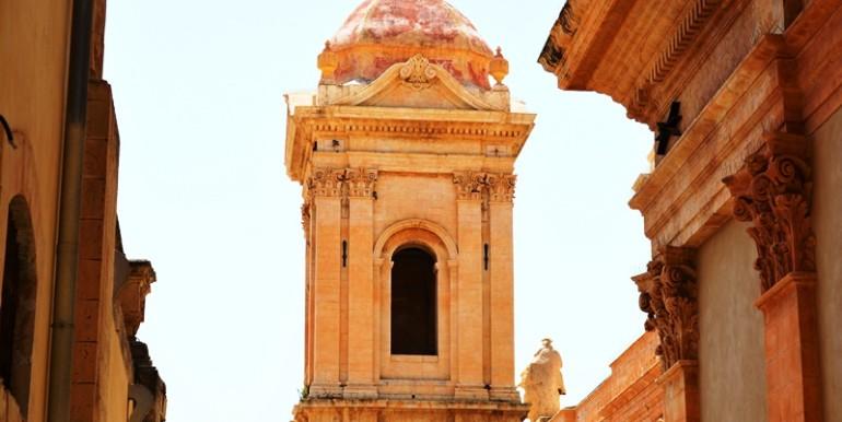 casa-a-Noto-all'ombra-della-Cattedrale-campanile