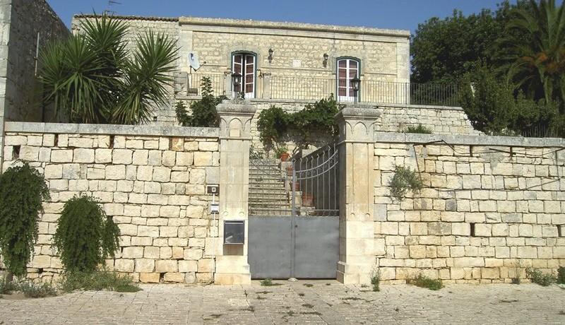 Fascino-della-pietra-in-villa-a-Modica-1