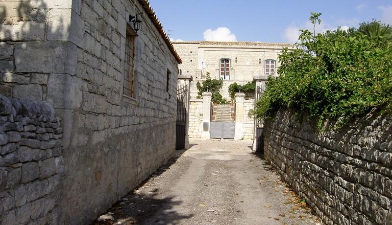 Fascino-della-pietra-in-villa-a-Modica-2
