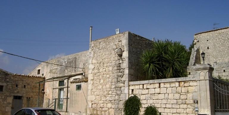Fascino-della-pietra-in-villa-a-Modica-3