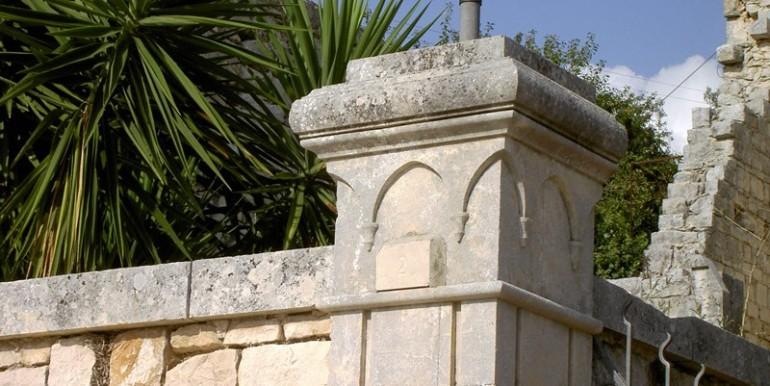 Fascino-della-pietra-in-villa-a-Modica-5