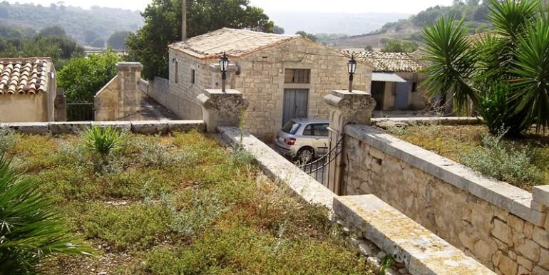 Fascino-della-pietra-in-villa-a-Modica-6
