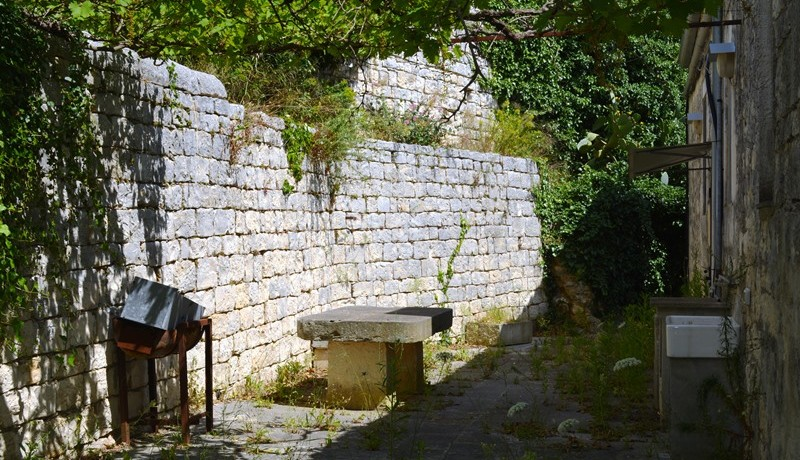 Fascino-della-pietra-in-villa-a-Modica-9